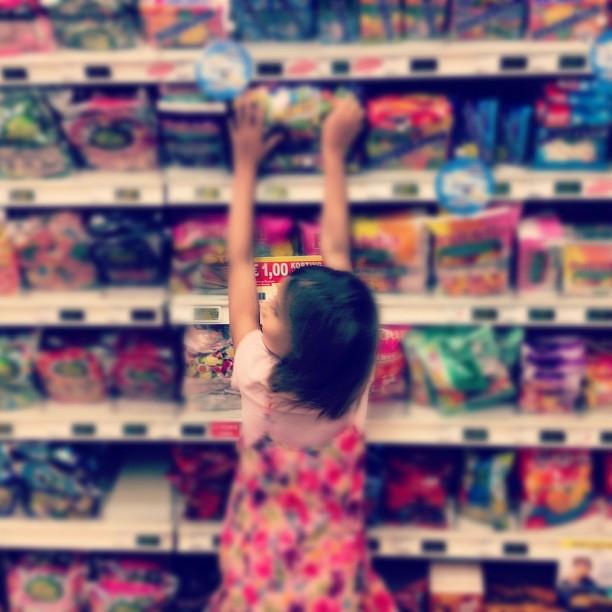 girl shop choise aisle